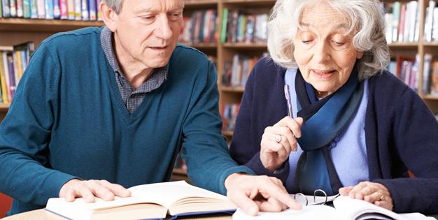 Berater-und-Seniorin-Unterlagen-prufen