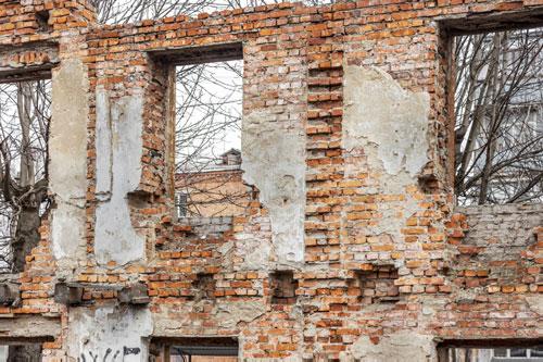Marode-Hausfassade-Sanierungsobjekt-Immobilie