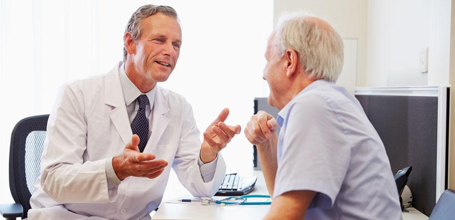 Senior-beim-Arztgespraech