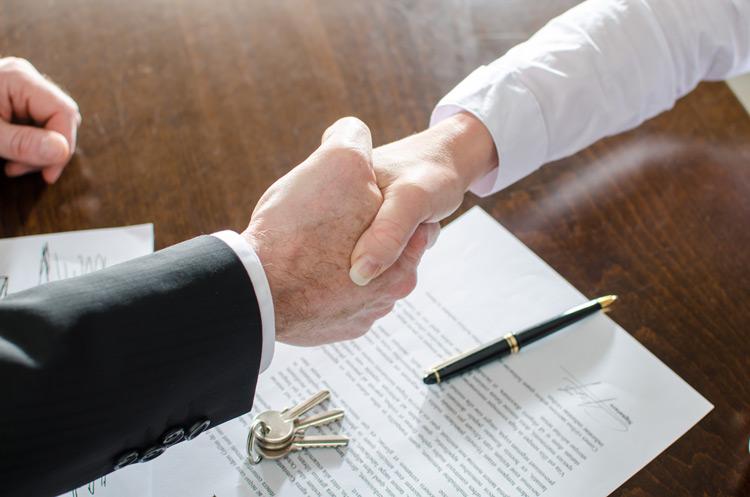 Vertragsunterzeichnung_beim_Immobilienerwerb